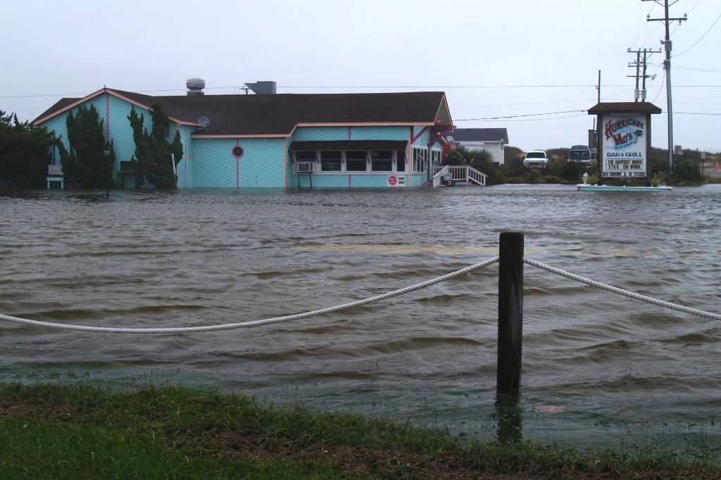 Hurricane Mo`s Beachside Bar & Grill